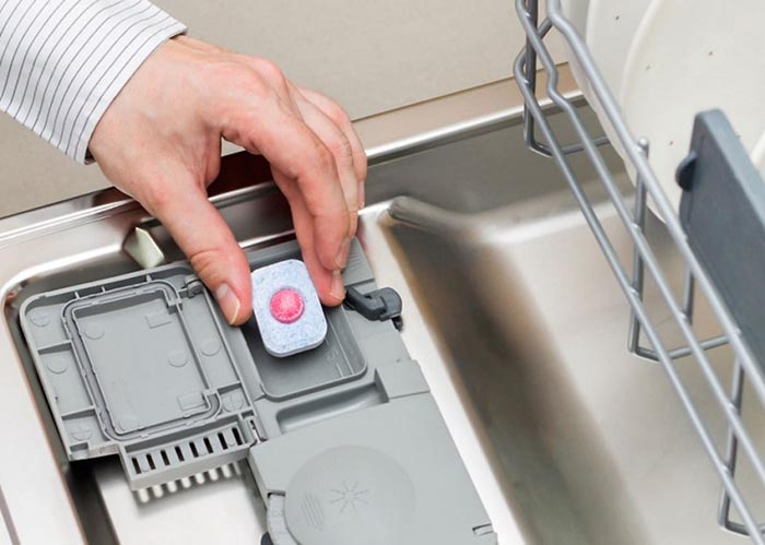 Cho chất tẩy rửa vào máy rửa bát
