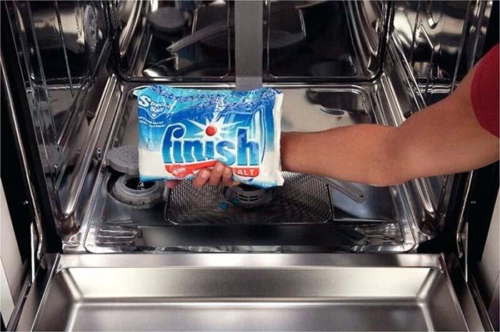 Đổ muối chuyên biệt vào ngăn chứa muối