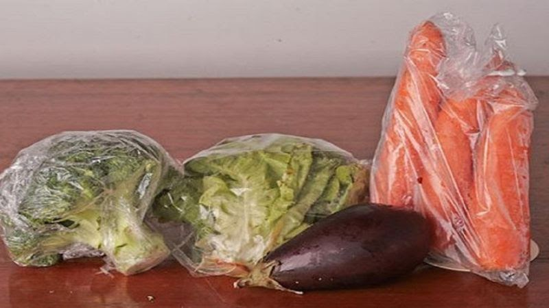 Dùng túi nilon hoặc màng bọc thực phẩm để bảo quản rau củ quả