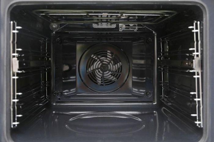 Lò nướng kết hợp vi sóng Bosch CMG633BS1 có lớp lót xúc tác Catalytic hấp thụ dầu mỡ, chất béo,..