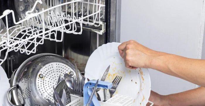 Tráng bát trước khi cho vào máy rửa bát Bosch SMS46MI01G giúp máy được bền bỉ hơn