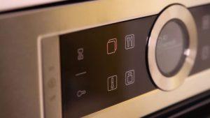 Màn hình hiển thị của lò nướng kết hợp vi sóng Bosch CMG633BS1