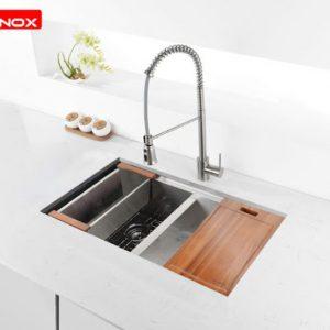 Thiết kế của Chậu rửa bát konox KN8745DUB nổi bật với thớt gỗ và rollmart