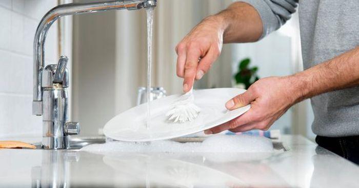 Tráng bát đĩa bằng nước trước khi sử dụng